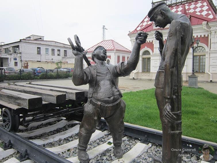 Скульптура возле музея Свердловской железной дороги