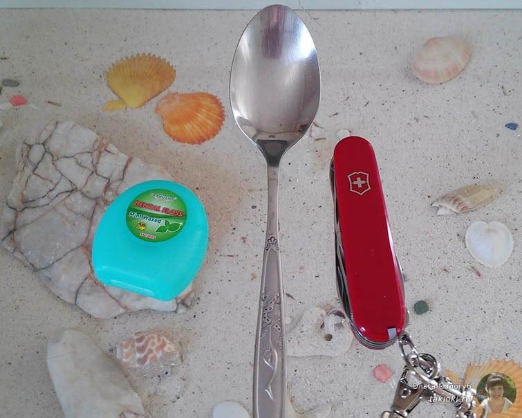 подаренный ножик на фоне ложки ))