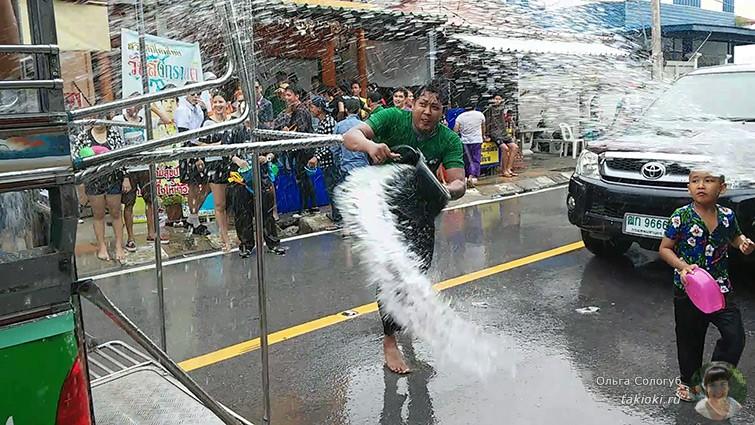 Поливает водой