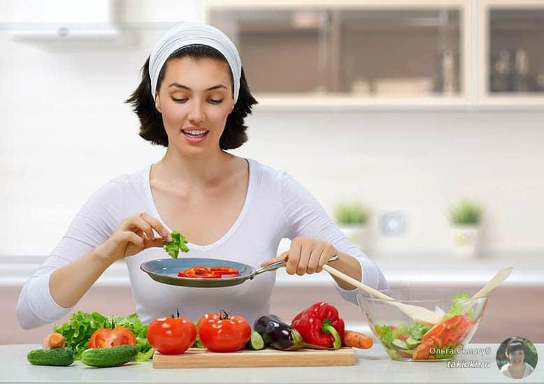 девушка делает салат, видимо худеет :)