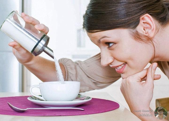 девушка насыпает сахар в чашку