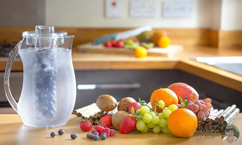 кувшин чистой воды и фрукты