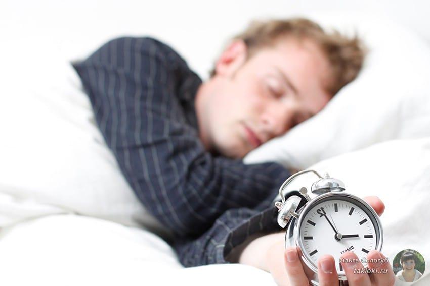 мужик спит с будильником