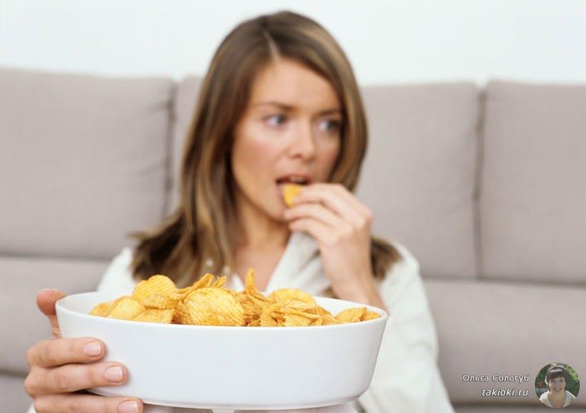 девушка кушает чипсы