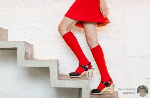 девушка в красном и лесенка