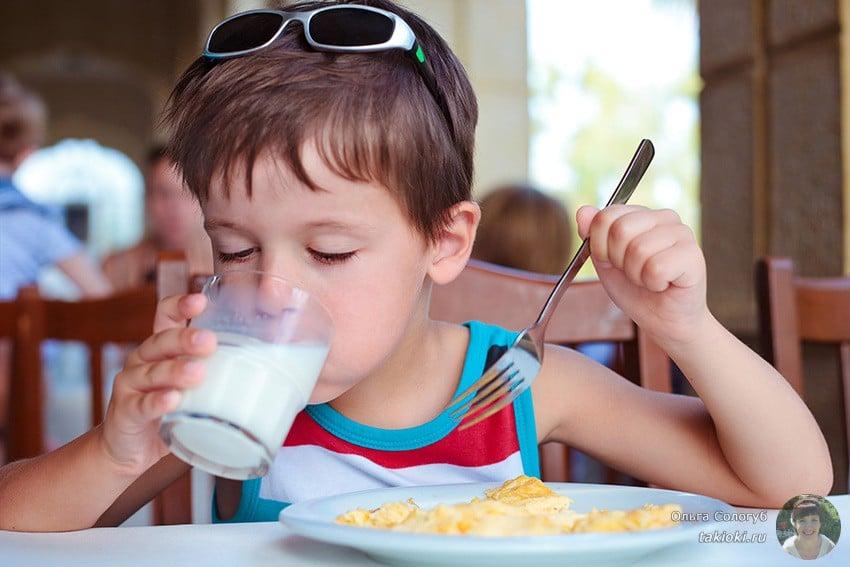 мальчик пьет молоко