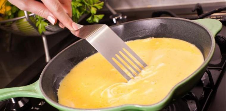 Как правильно приготовить омлет на сковороде из яиц с молоком и без