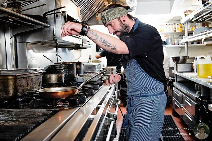 профессионал с чугунной сковородой на кухне