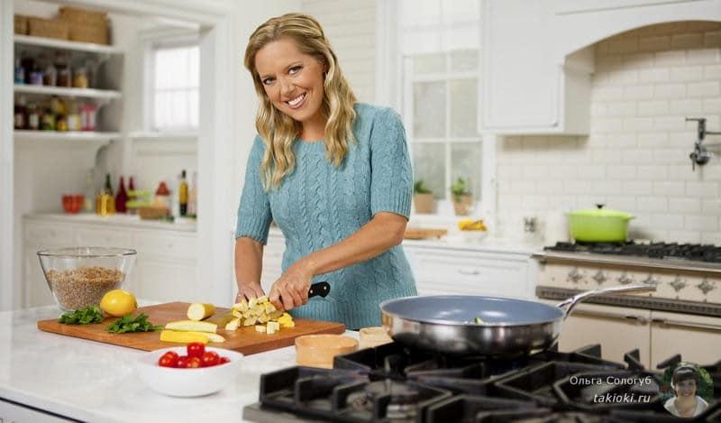 девушка на кухне готовит