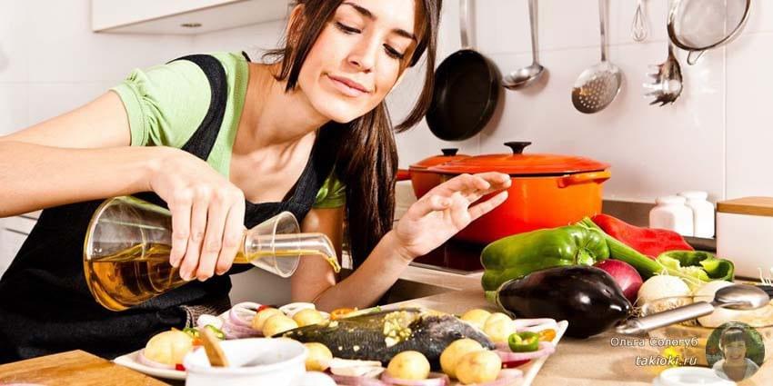 девушка готовит рыбку