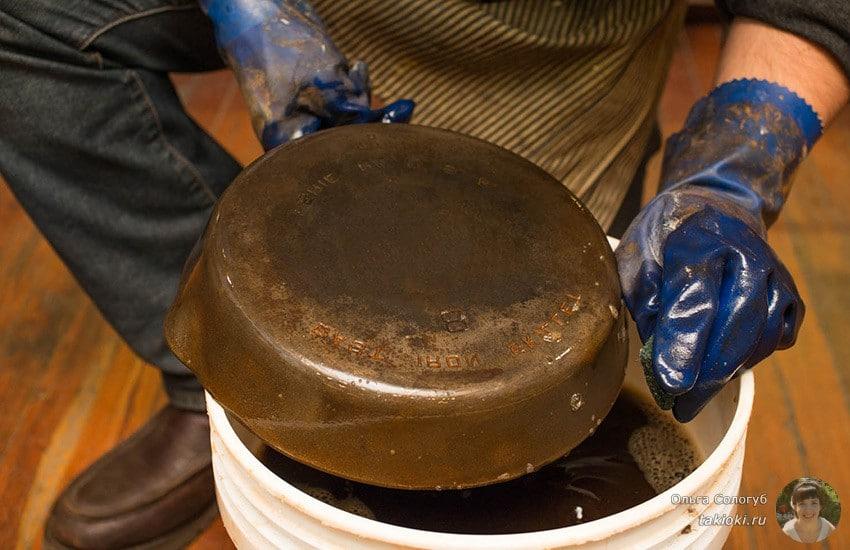 как чистить чугунную сковородку от толстого слоя нагара