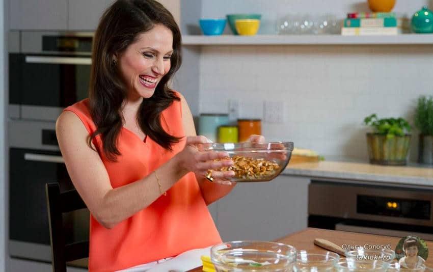 девушка готовит по меню для диеты