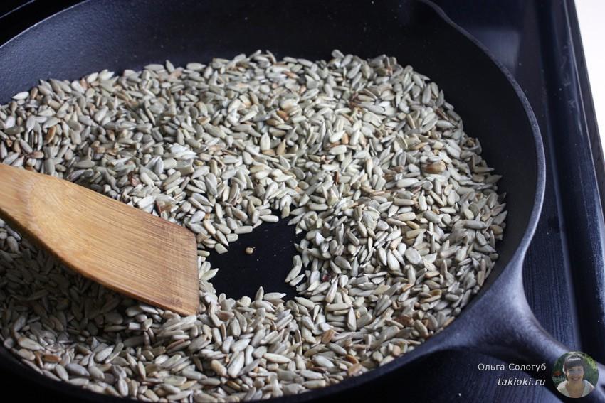 жарим очищеные семечки на сковороде