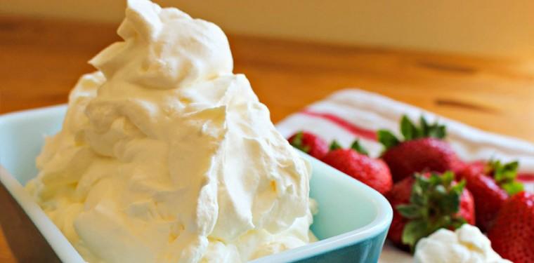 Почему не взбиваются сливки с сахаром и как же их взбить в крем для торта