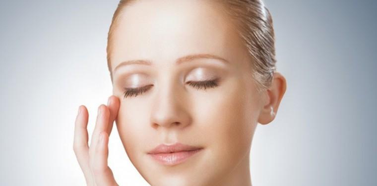 Схема правильного нанесения крема вокруг глаз от морщин и советы по выбору средств. Видео-инструкция прилагается!