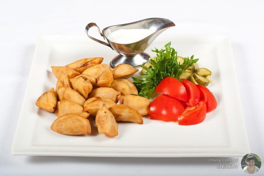 Как пожарить пельмени на сковороде - замороженные без варки или во фритюре, рецепты с сыром и с луком, полезные советы, соусы к пельменям