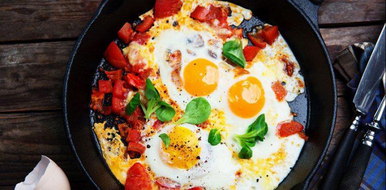 Жарим яйца на сковороде — тонкости приготовления 6 вкуснющих и простых блюд