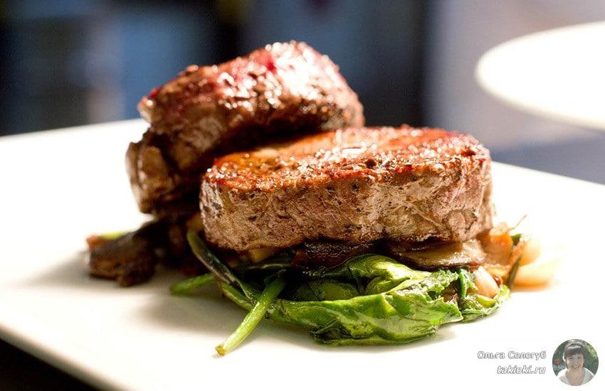 как правильно жарить стейк из свинины на сковороде гриль