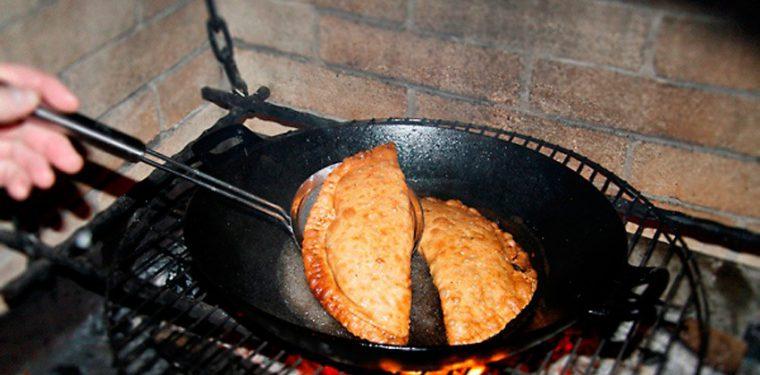 Как пожарить божественно вкусные чебуреки на сковороде: тонкости приготовления