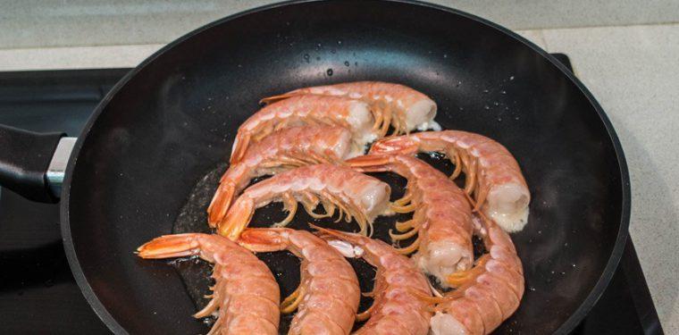 Жарим необычайно вкусные креветки на сковороде — 5 оригинальных рецептиков