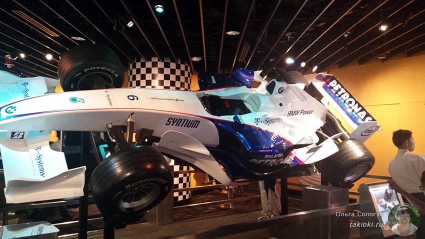 гоночный автомобиль в музее петронас