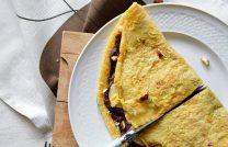 Вкусный и необычный десерт – омлет на сковороде с шоколадной начинкой