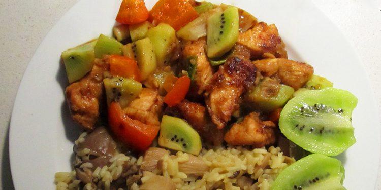 Подробный рецепт как приготовить жареную курицу кусочками с киви на сковороде