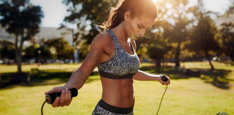 Прыжки со скакалкой – простая и активно сжигающая калории тренировка