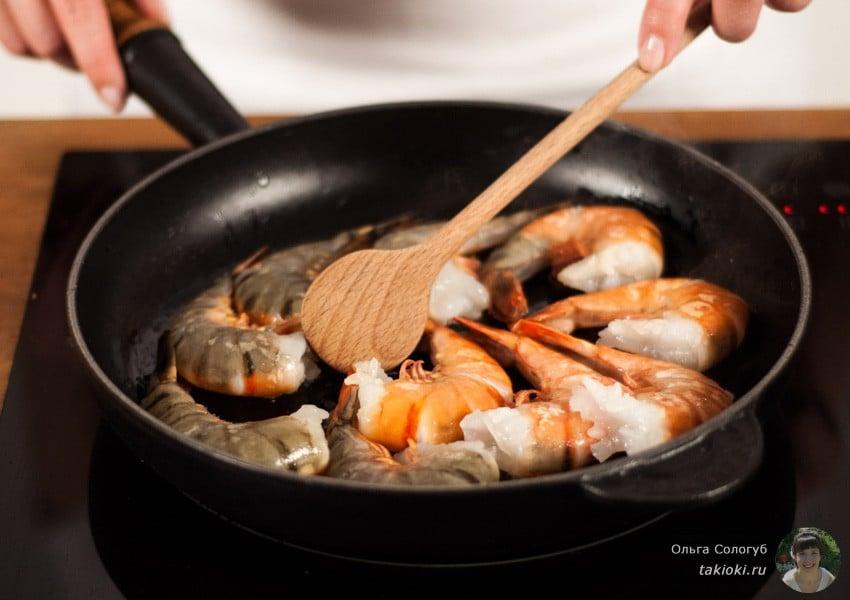 закуска с креветками и яйцом