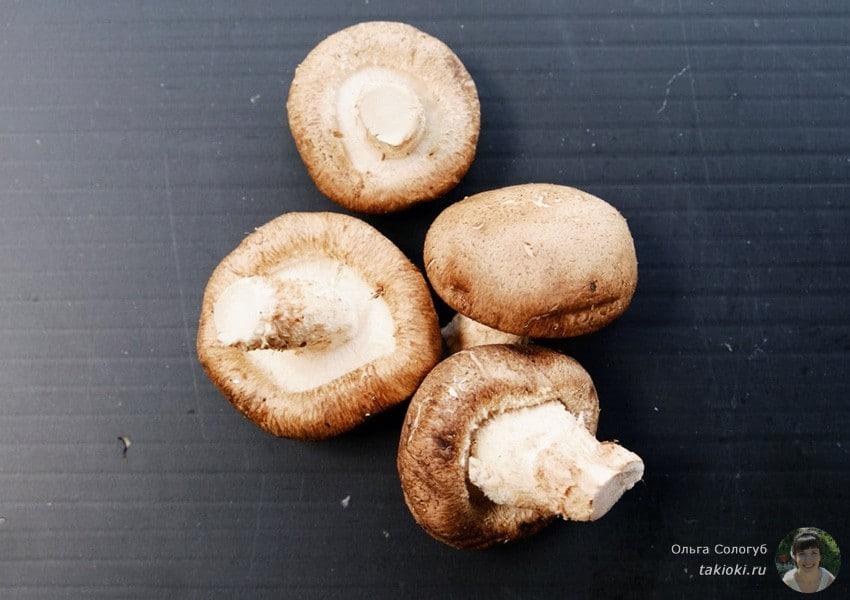 соевый соус и шампиньоны в масле на гриле