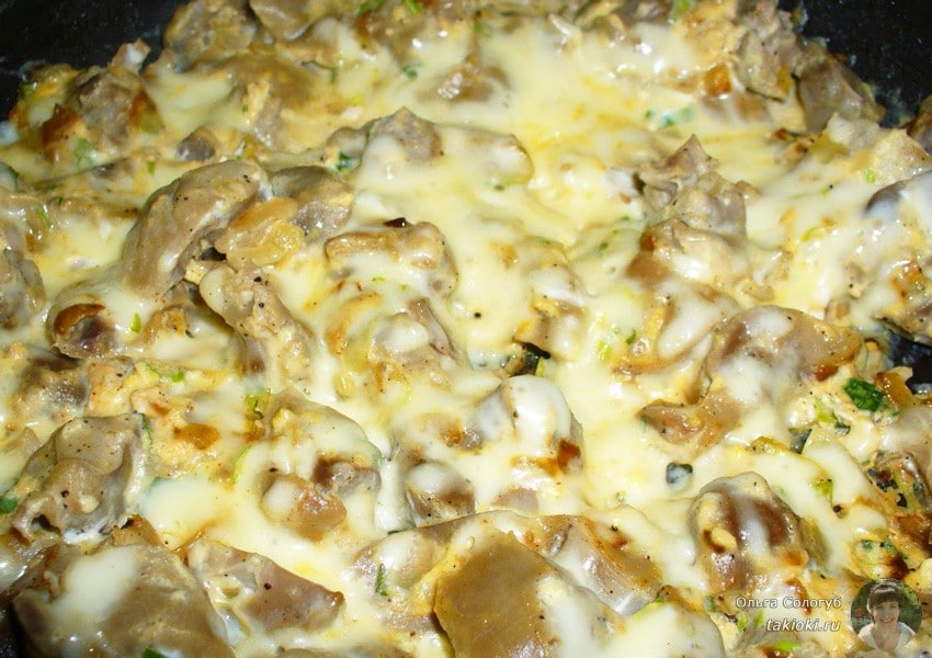 запеченные куриные желудки с луком в духовке