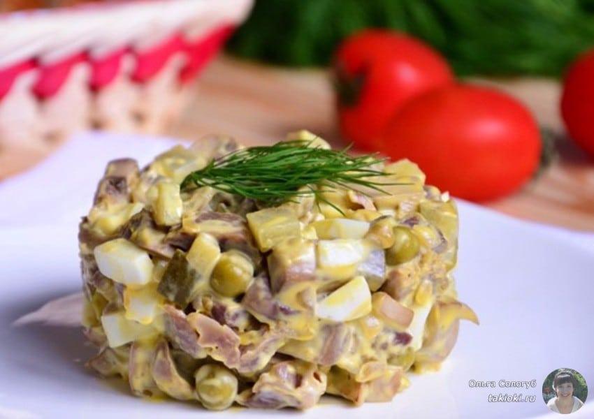 салат с маринованными огурцами и куриными желудками
