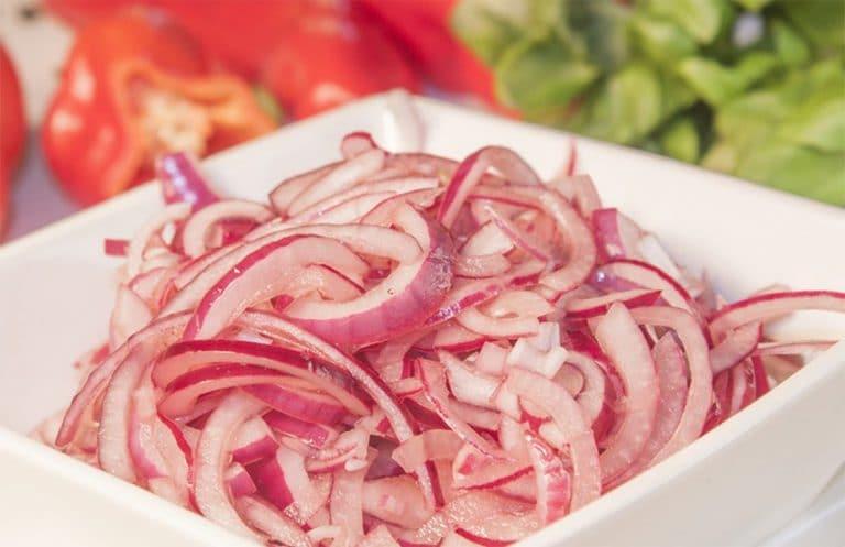 Как сделать салат из маринованного лука