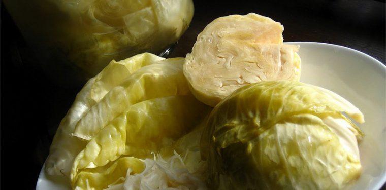 Очень вкусная низкокалорийная закуска — маринованная капуста быстрого приготовления