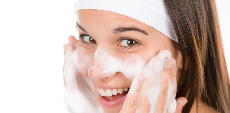 Незаменимое средство по уходу за лицом — пенка для умывания. Какую лучше купить для вашего типа кожи?